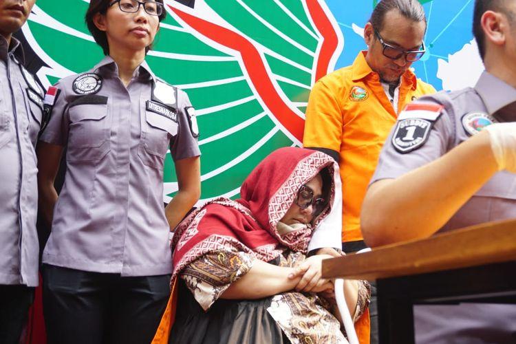 Pelawak Nunung bersandar pada lengan suaminya, July Jan Sambiran, saat jumpa pers kasus penyalahgunaan narkoba di Polda Metro Jaya, Jakarta Selatan, Senin (22/7/2019).