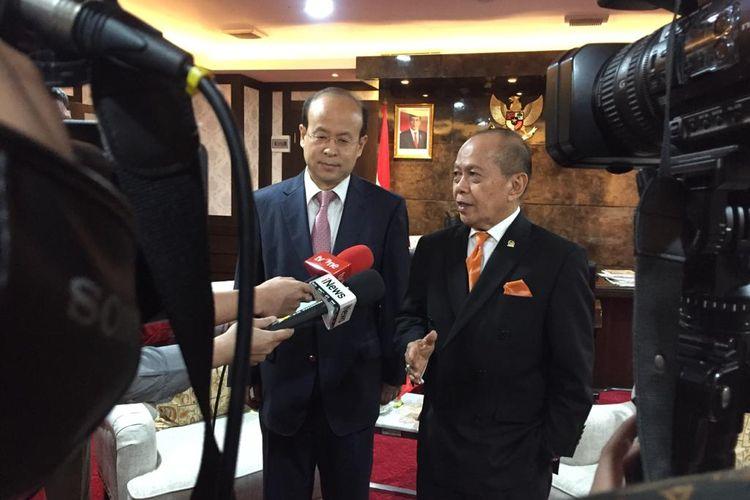 Duta Besar China untuk Indonesia Xiao Qian (kiri) bersama anggota Komisi I DPR Syarief Hasan di Kompleks Parlemen, Senayan, Jakarta, Jumat (24/1/2020).