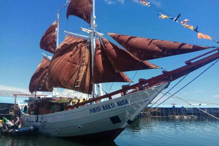 Kapal Pinisi Bakti Nusa saat berkunjung di Torosiaje, Desa Suku Bajau di tengah laut.