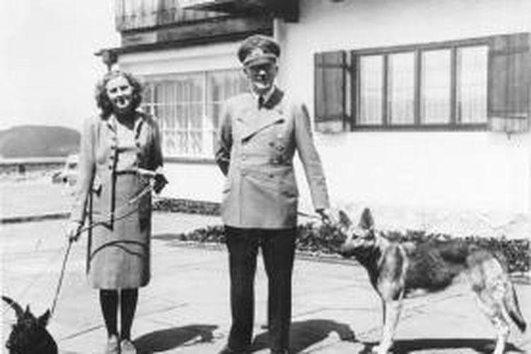 Salah satu foto Eva Braun dan Adolf Hitler saat berada di kediaman resmi sang diktator di Berghof, pegunungan Alpen.