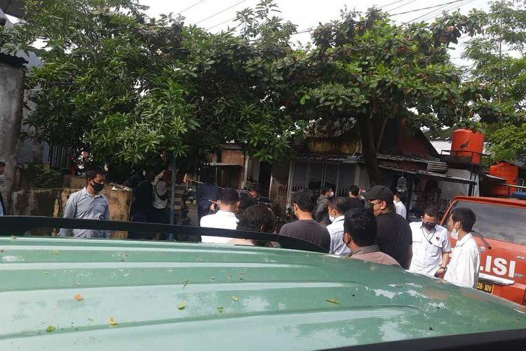Polisi saat melakukan olah TKP di lokasi penembakan dua teroris di Makassar, Rabu (6/1/2021).