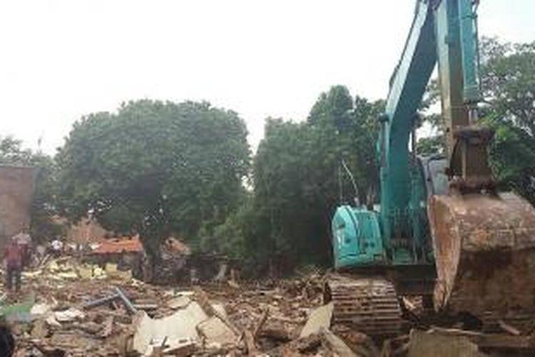 Alat berat dioperasikan untuk membongkar bangunan yang ada di Jalan Kampung Melayu Kecil 1, Bukit Duri, Jakarta Selatan pada Selasa (12/1/2016)