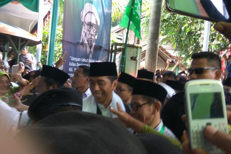 Jokowi disambut warga Nahdliyin saat tiba di Pondok Pesantren Miftahul Huda Al Azhar Citangkolo, Kota Banjar, Rabu (27/2/2019).