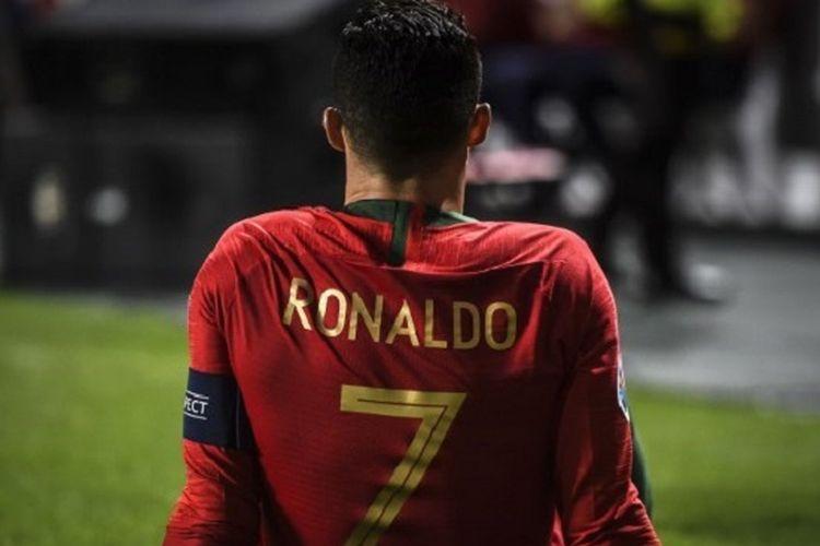 Cristiano Ronaldo duduk di tepi lapangan pertandingan Estadio da Luz menunggu perawatan tim medis pada babak pertama laga Portugal vs Serbia dalam babak kualifikasi Piala Eropa 2020, 25 Maret 2019.