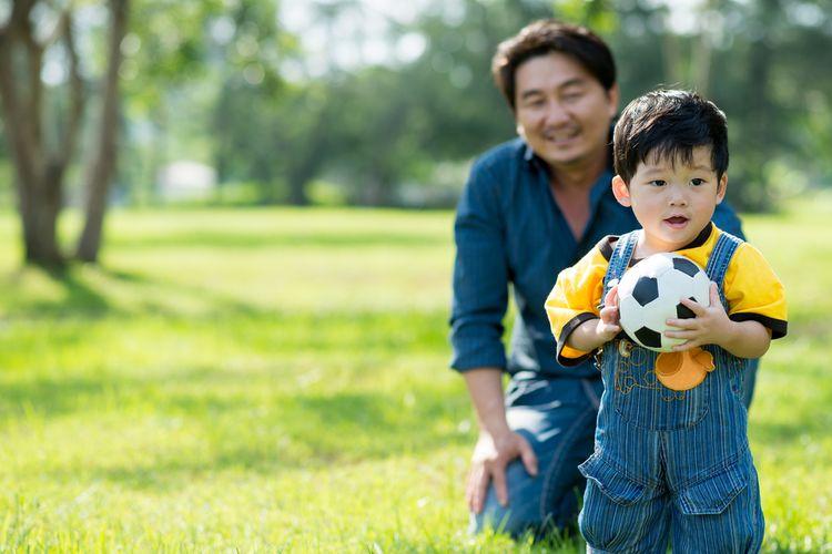 Ilustrasi anak bermain dengan orangtua