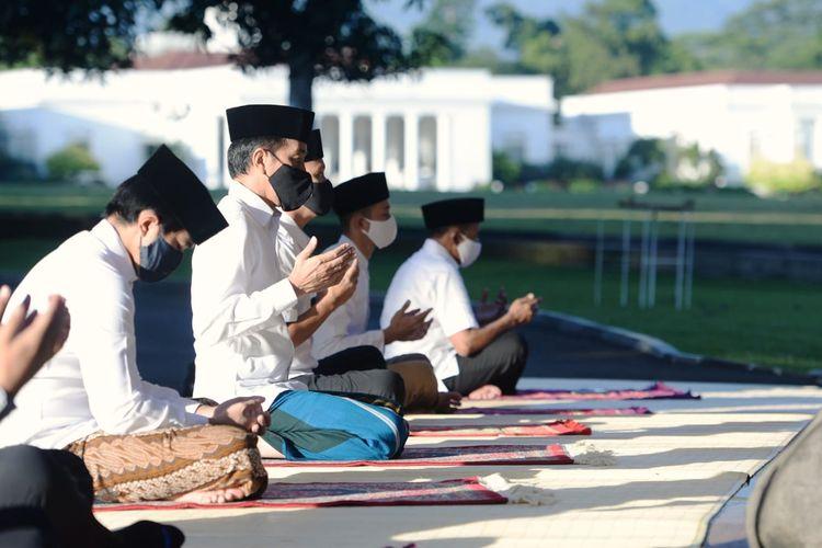 Presiden Joko Widodo dan keluarganya melakukan shalat Idul Fitri di halaman Wisma Bayurini, Istana Kepresidenan Bogor, Minggu (24/5/2020).