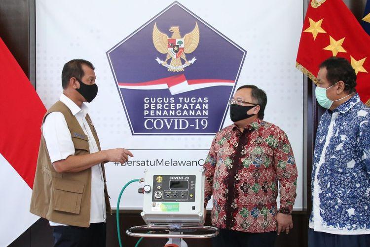 Ketua Gugus Tugas Doni Monardo menerima bantuan ventilator produk para peneliti Universitas Indonesia (UI)