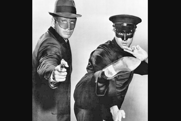 Bruce Lee (kanan) saat membintangi serial televisi The Green Hornet sebagai Kato.