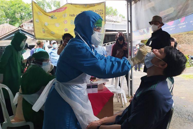 Tes cepat antigen Covid-19 di perbatasan Banyumas dan Purbalingga, tepatnya di Desa Jompo, Kecamatan Sokaraja, Kabupaten Banyumas, Jawa Tengah, Kamis (21/1/2021) sore.