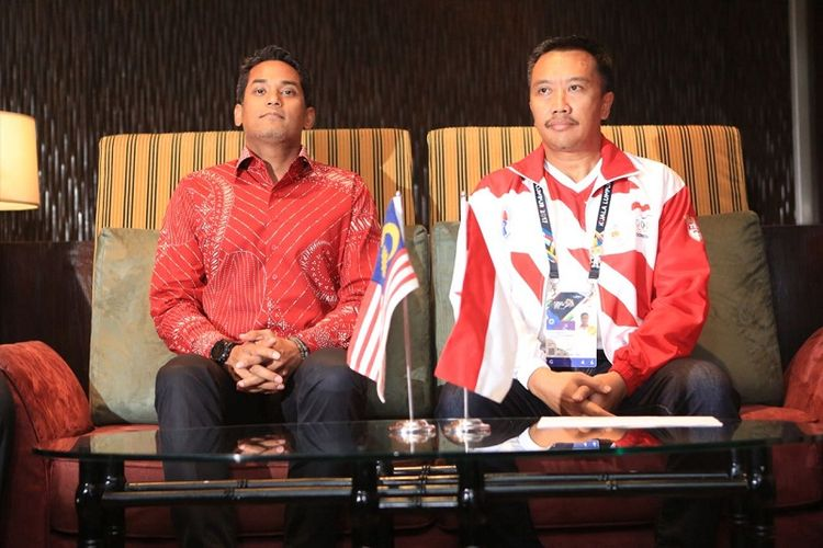 Menteri Pemuda dan Olahraga (Menpora) RI Imam Nahrawi (kanan) bertemu langsung dengan Menpora Malaysia Khairy Jamaluddin di Hotel Shangrilla, Kuala Lumpur, Malaysia, Minggu (20/8/2017).