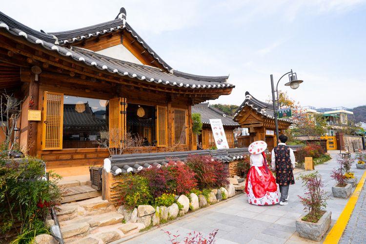 Pemandangan indah nan klasik kala turis berjalan di Jeonju Hanok Village, Korea Selatan.