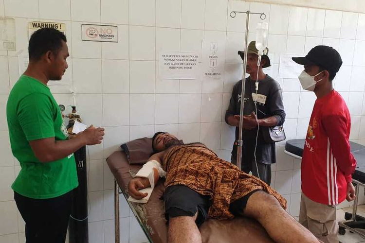 Rizky the elephant handler receiving medical treatment at Cut Meutia Hospital in North Aceh Regency, Aceh (15/6/2021)