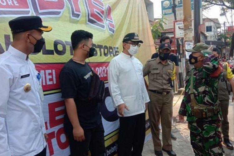 Gerai Jakcloth di Jalan Beringin Raya, Karawaci, Kota Tangerang tepaksa tutup lebih awal oleh pihak Kecamatan Karawaci, Jumat (28/5/2021).
