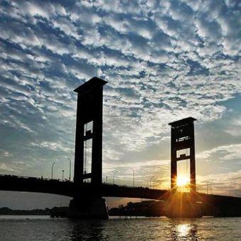 Siluet saat senja di Jembatan Ampera yang melintang di atas Sungai Musi, Palembang, Sumatera Selatan, Jumat (5/8/2016). Sungai Musi menjadi bagian dari kehidupan warga Palembang dengan sejumlah akar budaya yang terdapat di sepanjang aliran sungai.