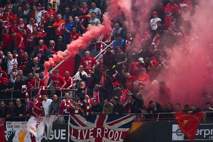 Fans Liverpool menyalakan cerawat dalam pertandingan final Liga Europa menghadapi Sevilla di Stadion St Jacob Park, Basel, Swiss, pada Selasa (18/5/2016).