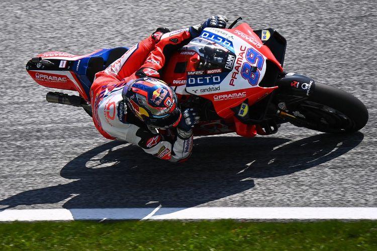 Jorge Martin saat berlaga pada MotoGP Austria 2021. (Photo by JOE KLAMAR / AFP)