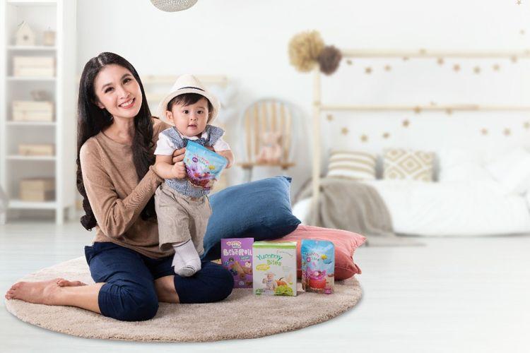 Sandra Dewi bersama anak bungsunya.
