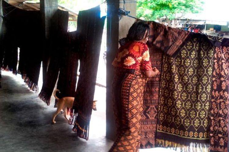 Kain tenun merupakan salah satu produk khas dari Kabupaten Sikka, Nusa Tenggara Timur, yang tersedia di pasar, salah satunya di Pasar Alok, Jumat (17/1/2014). Selembar kain tenun rata-rata bisa dibawa pulang dengan merogoh uang hingga Rp 400.000.