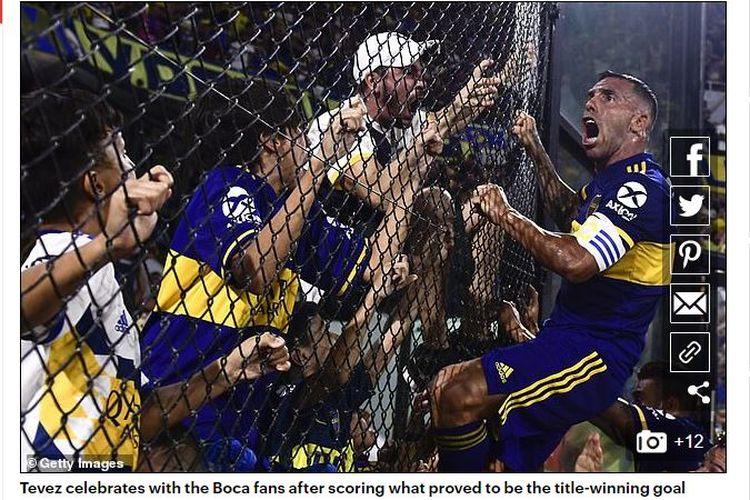 Striker Boca Juniors, Carlos Tevez, melakukan selebrasi setelah mencetak gol yang membawa timnya juara Superliga Argentina.