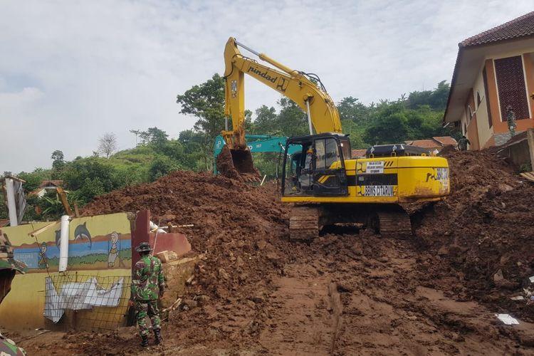 Bencana longsor yang tejadi di Desa Cihanjuang Kabupaten Sumedang Jawa Barat pada Sabtu (09/01/2021) lalu mengakibatkan 22 orang meninggal tertimbun longsor dan 18 orang lainnya belum ditemukan.