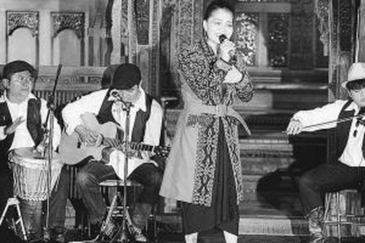"Kelompok musik Krontjong Toegoe tampil dalam pentas malam apresiasi budaya ""Krontjong Toegoe dari Masa ke Masa"" di Bentara Budaya Jakarta, Kamis (16/1/2014). Pentas ini sebagai bentuk apresiasi untuk musik keroncong yang kian terpinggirkan."