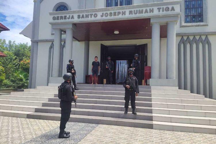 Sejumlah personel Brimob Polda Maluku di kerahkan untuk menjaga gereja Katedral Ambon menjelang Ibadah Paskah, Sabtu, (3/4/2021).