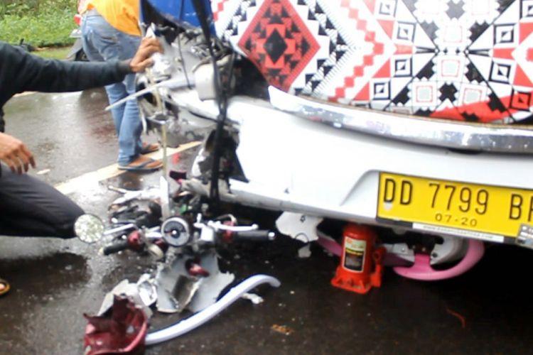 Sebuah sepeda motor hancur dalam sebuah peristiwa tabrakan dengan bus di Jalan Trans Sulawesi, Minggu (25/6/2017).
