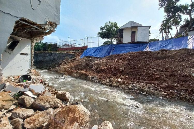 Aliran anak Kali Pesanggrahan di kawasan Ciputat, Tangerang Selatan, kembali terbuka setelah material longsor berhasil dipindahkan, Senin (14/6/2021).