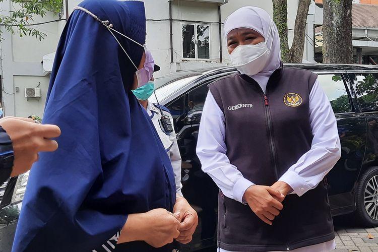 Gubernur Jawa Timur Khofifah Indar Parawansa saat menyapa warga yang ingin vaksin dalam vaksinasi oleh IKA UB di Kampus UB, Kota Malang, Sabtu (18/9/2021).