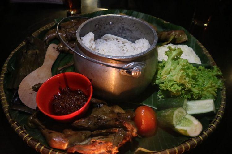 Penyajian Nasi Liwet Sunda di Cirebon, lengkap dengan ketel penanak nasi.