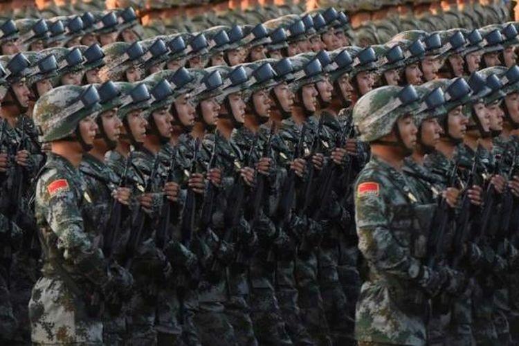 Militer China dalam parade di Alun-alun Tiananmen di Beijing, Kamis (3/9/2015), menandai peringatan 70 tahun kemenangan atas Jepang dan berakhirnya Perang Dunia II.