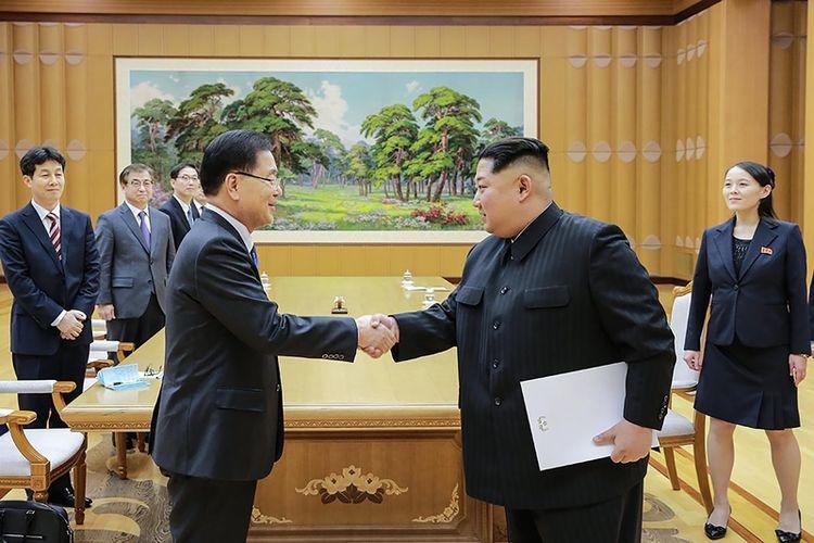 Pemimpin Korea Utara Kim Jong Un (kanan), berjabat tangan dengan Kepala Keamanan Nasional Korea Selatan yang bertindak sebagai ketua delegasi, Chung Eui Yong di Pyongyang Senin (5/3/2018). Kim memegang sebuah dokumen yang disinyalir berisi permintaan Presiden Moon Jae In untuk mengadakan Konferensi Antar-Korea.
