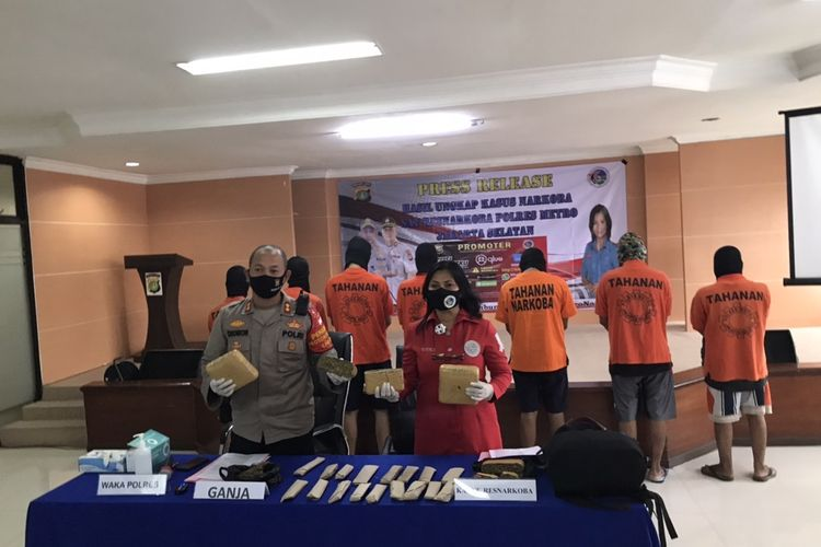 Polres Jakarta Selatan mengungkap jaringan pengedar narkotika jenis ganja di kalangan mahasiswa.
