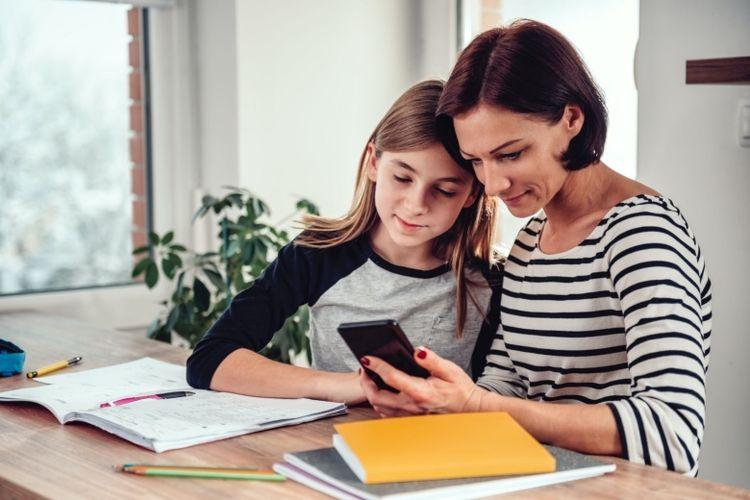 Ilustrasi remaja putri bersama ibunya.