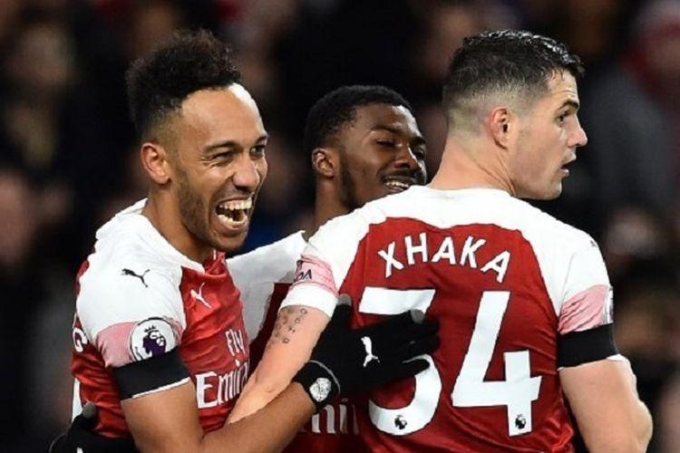Pierre-Emerick Aubameyang merayakan golnya bersama Granit Xhaka pada pertandingan Arsenal vs Fulham di Stadion Emirates dalam lanjutan Liga Inggris, 1 Januari 2019.