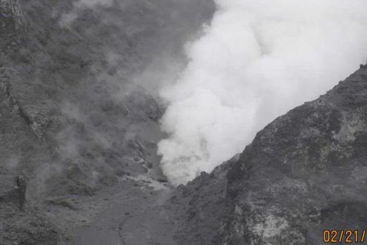 Situasi Kawah Ratu Gunung Tangkuban Parahu dalam foto bertanggal 21 Februari 2013 yang dipublikasikan Pusat Vulkanologi dan Mitigasi Bencana Geologi (PVMBG) Badan Geologi Kementerian Energi dan Sumber Daya Mineral.