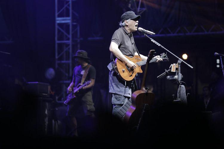 Iwan Fals saat tampil di acara Synchronize Fest 2019 di Gambir Expo, Kemayoran, Jakarta Pusat, Sabtu (5/10/2019). Acara festival musik tahunan ini dimeriahkan  sejumlah band papan atas diantaranya Nidji, Noah, Sheila On 7, Jamrud, Iwan Fals dan lain-lain.
