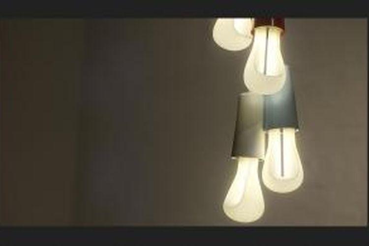 Hulger memutuskan untuk membuat lampu yang tampak lebih mellow. Mereka belajar dari pengalaman, bahwa bentuk fisik Plumen 001 membuatnya lebih terang dan menyilaukan jika diperhatikan terlalu lama.