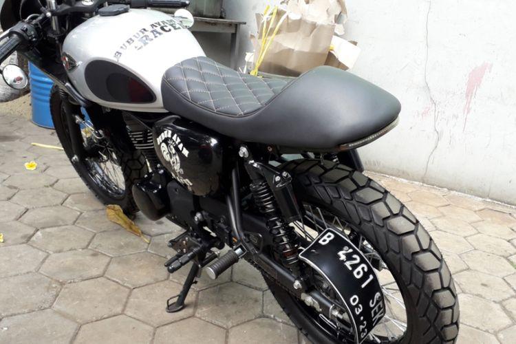 Bagian belakang dari Kawasaki W175 yang dimodifikasi bergaya caferacer. Pengerjaannya dilakukan oleh bengkel custom Katros Garage yang berlokasi di kawasan Bintaro, Tangerang Selatan.