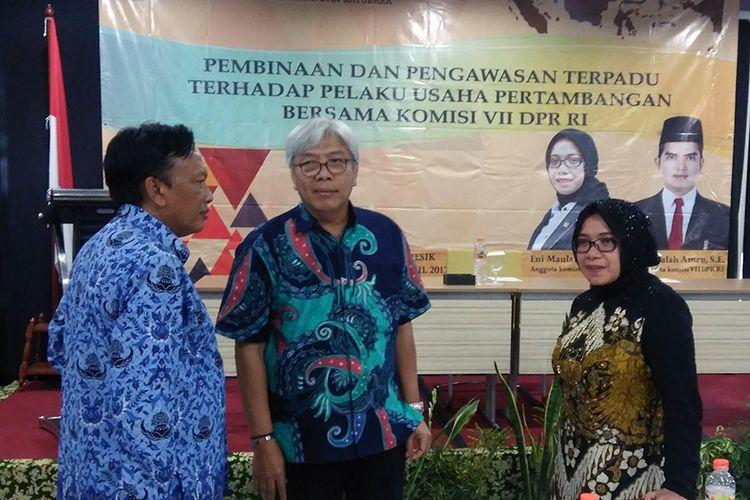 Direktur Jenderal Minerba Kementerian ESDM Bambang Gatot (tengah), bersama dengan Bupati Gresik Sambari Halim Radianto (kiri) dan anggota DPR RI Komisi VII Eni Maulani.