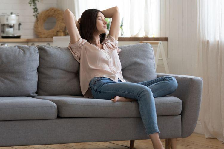 Ilustrasi menghirup udara segar di rumah