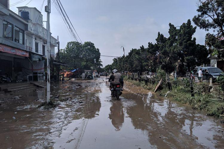 Akses jalan di Vila Nusa Indah tertutup lumpur, Kamis (2/1/2020)