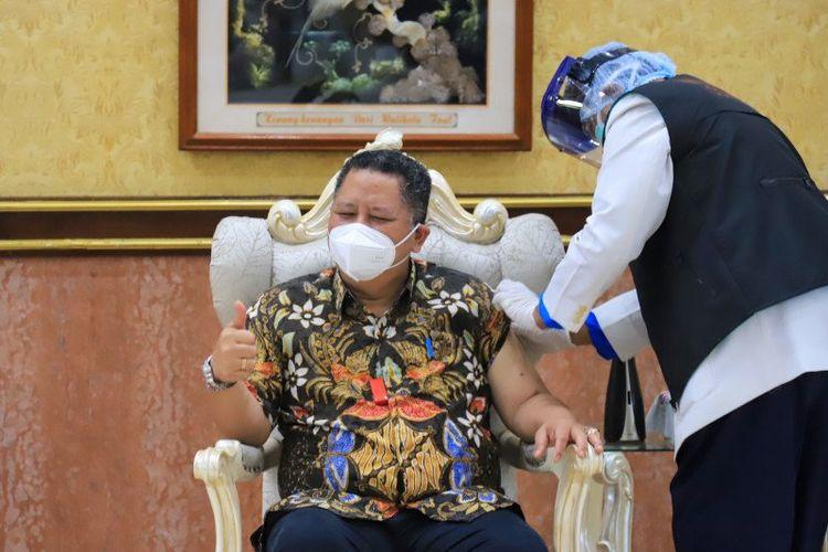 Plt Wali Kota Surabaya Whisnu Sakti Buana saat menjalani vaksinasi COVID-19 tahap dua di Balai Kota Surabaya, Jawa Timur, Jumat (29/1/2021).