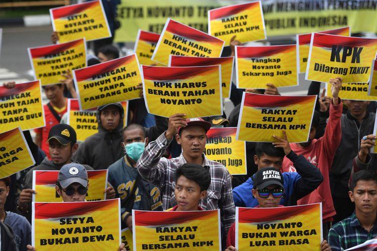 Massa yang tergabung dalam Generasi Muda Golkar melakukan unjuk rasa di depan gedung KPK, Jakarta, Senin (13/11/2017). Dalam aksinya mereka memberikan dukungan kepada KPK untuk segera memproses kasus Ketua DPR Setya Novanto yang kini telah kembali ditetapkan sebagai tersangka kasus korupsi KTP Elektronik.