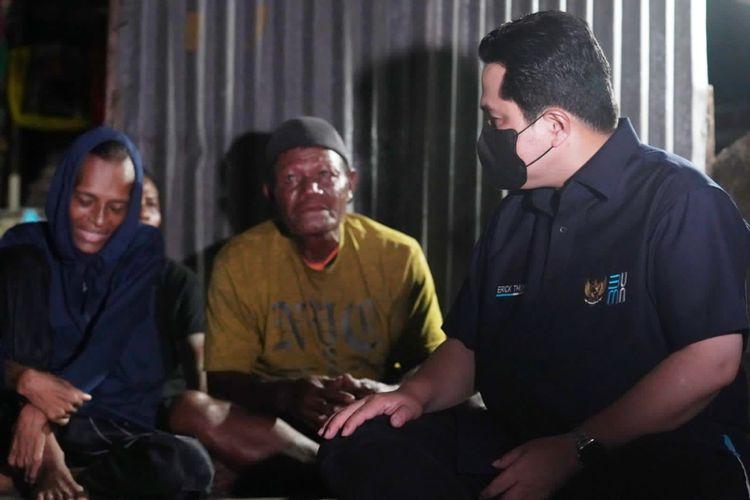 Erick Thohir pun menyemangati Jacklien Ibo agar bersedia dirawat di rumah sakit sehingga sembuh dari penyakit radang paru-paru.