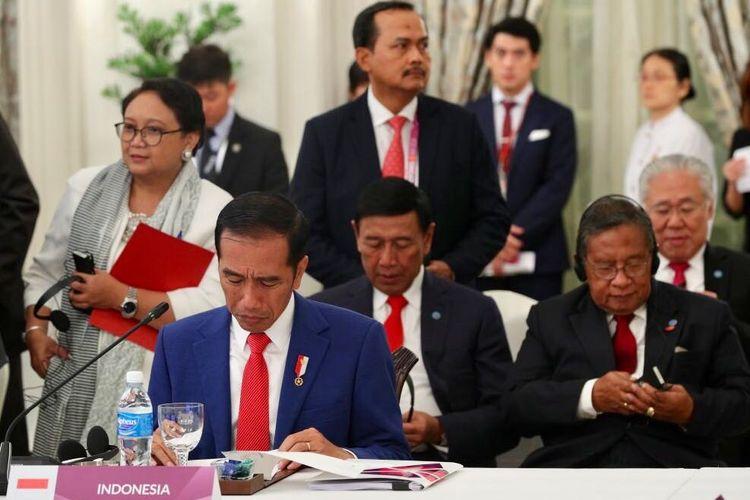 Presiden Jokowi menghadiri rapat pleno Konferensi Tingkat Tinggi (KTT) Ke-32 ASEAN di The Istana Singapura, Jumat (27/4/2018).