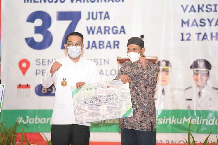 Gubernur Jawa Barat Ridwan Kamil menyerahkan bantuan keuangan khusus desa dan laptop kepada BUMDes di Kabupaten Indramayu, Jumat (10/9/2021).