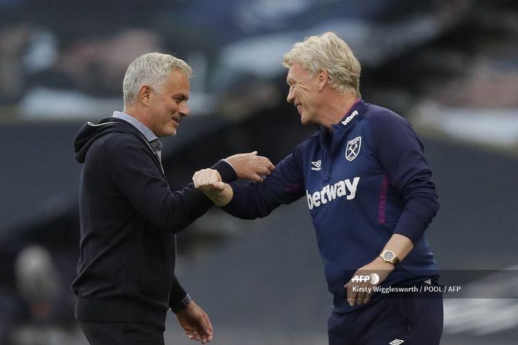 Jose Mourinho (kiri) bercengkrama dengan David Moyes (kanan) sebelum laga Tottenham Hotspur vs West Ham United di Tottenham Hotspur Stadium dalam lanjutan pekan ke-31 Premier League, kasta tertas Liga Inggris, Selasa 23 Juni 2020.