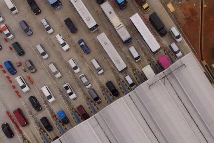 Penumpukan kendaraan terjadi di gerbang Tol Palimanan, Cirebon, Jawa Barat, pada H-5 menjelang Lebaran Idul Fitri, Minggu (12/7/2015). Kepadatan kendaraan dari arah Jakarta mulai terjadi sekitar lima kilometer menjelang gerbang tol. Kondisi lalu lintas mulai berangsur cair menjelang sore.