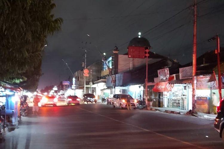Lampu penerangan Jalan Sultan Agung Kota Tegal, Jawa Tengah dipadamkan Pemerintah Kota Tegal menjelang 'Jateng di Rumah Saja', Rabu (3/2/2021) malam.